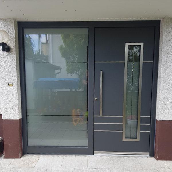 dunkelgraue Haustür mit großem Seitenteil aus Glas