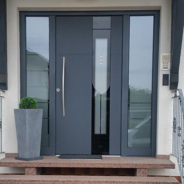 Moderne Aluminium-Haustür mit 2 Seitenteilen
