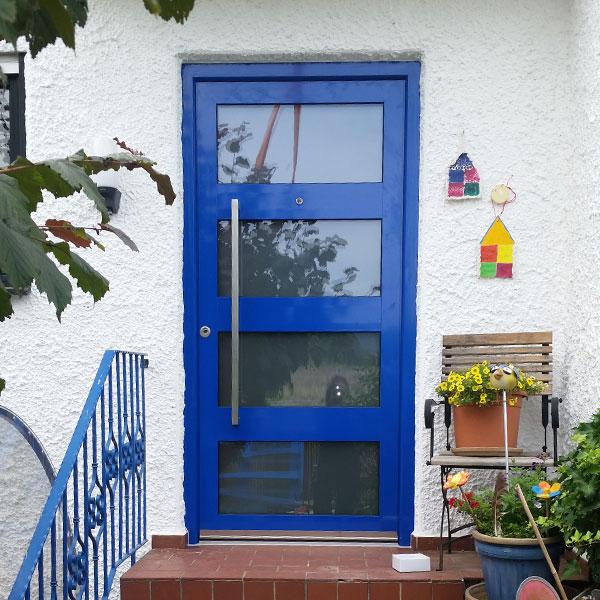 blaue Haustür aus Aluminium mit Sichtfenster ohne Seitenteil
