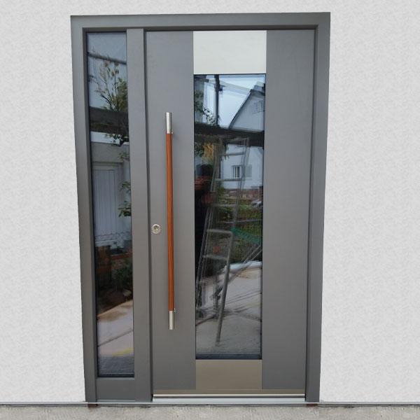 Haustür aus Aluminium mit großem Sichtfenster