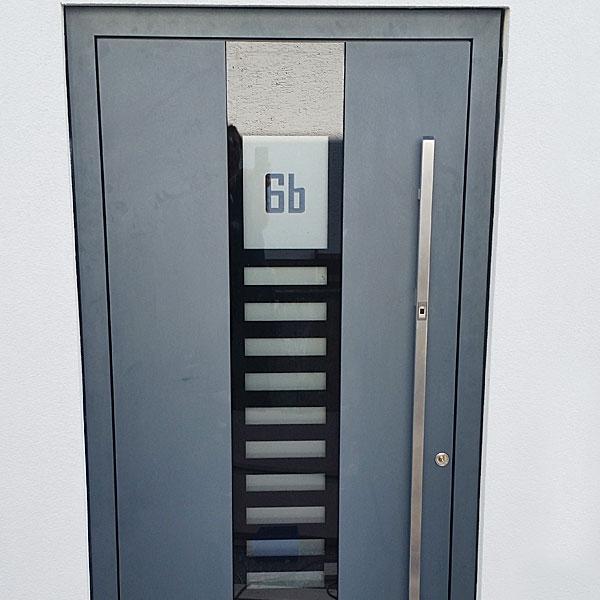 Haustür aus Aluminium mit integrierter Hausnummer